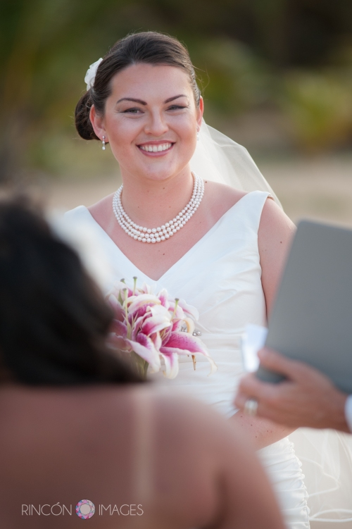 Elizabeth look beautiful in her simple white wedding dress. The wedding was filled with ocean inspired details right down to her pearl necklace.